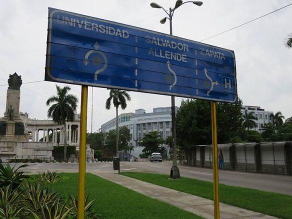 總統大街上的路牌,指向以薩帕塔和阿連德命名的街道。