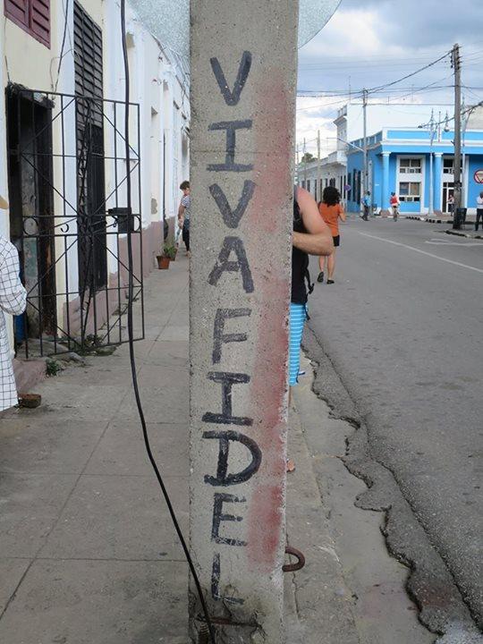 西恩富戈斯街頭上的電線桿:「菲德爾萬歲」。