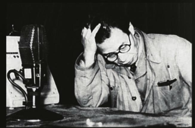 1947年1月31日全國公營部門工人共同鬥爭委員會委員長、鐵路工會領袖井伊彌四郎廣播佔領軍勒令中止2·1大罷工的訊息後痛哭。