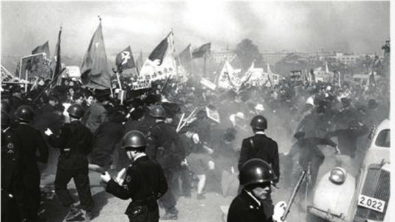 1951年「血腥五一節」:防暴警察用手槍和催淚彈鎮壓皇居前廣場抗議排除中蘇的「單獨講和」和美日安保條約。