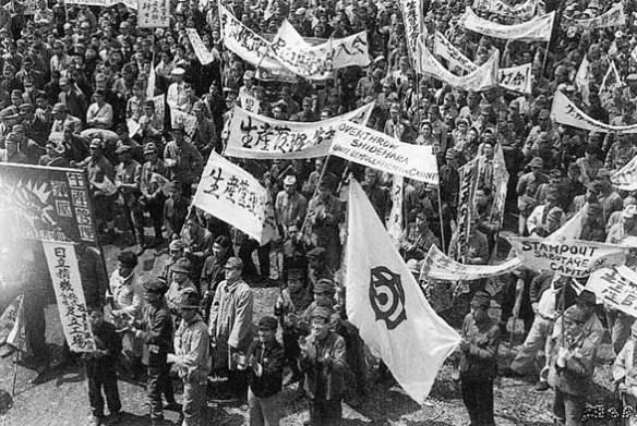 1946年4月,要求工會管理生産的遊行隊伍。照片中間的是日立公司的旗幟。