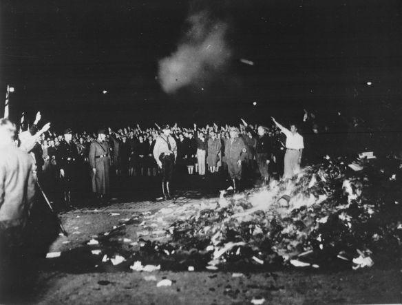 1933年5月10日,納粹分子支配的德國大學生運動在柏林街頭焚燒「非德意志」書籍。 恐懼無產階級化,渴望維持社會地位和商業致富之道的小資產階級,當年是訴諸本土保護主義、堅決反共排外的納粹黨的中堅支持者。 (Bundesarchiv, Bild 102-14597/Georg Pahl)