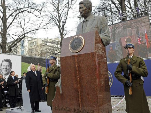 2011年11月,反共、反女性、教權主義的波蘭「自由工運」前領袖,波蘭前總統瓦文薩,在華沙為全力推動「新自由主義」的美國前總統里根的銅像揭幕。 以美國為首的帝國主義列強,當年為主張職工持股瓜分國企、全面開放外國投資、以自由選舉瓦解「共產暴政」等的團結工會,提供了龐大的物質和政治支援。