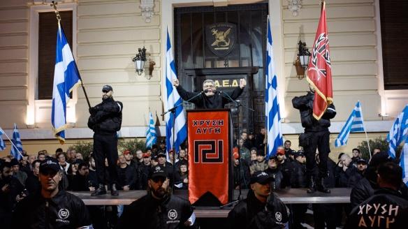 希臘新納粹政黨「金色黎明」在雅典集會。不斷發動排外、反共暴力攻擊,不時同警察開打的這些人,是不就是「別無他選」、「爭取注視」的「被忽視者」? (來源:Channel 4)