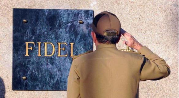 2016年12月4日,勞爾·卡斯特羅向菲德爾·卡斯特羅墓碑行軍禮。