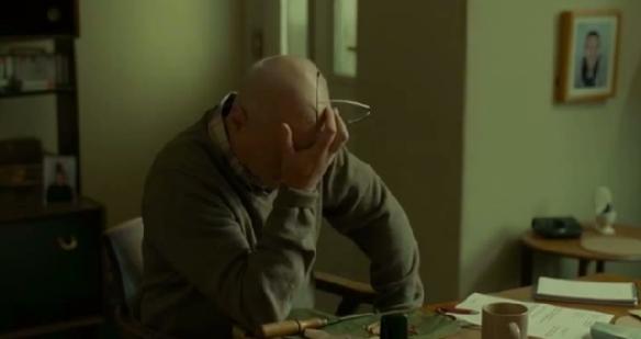 被終止傷病救濟金的男主角收到煤電公司的最後繳費通知書——他將會賣出幾乎所有家具禦寒。(網絡圖片)